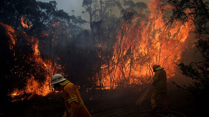 NSW Rural Fire Service crews struggle to contain a bushfire  around the Wentworth Falls escarpment