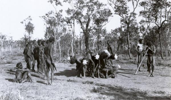 One of the earliest known photographs of a didgeridoo, here in use among the Gagadju where it is known as 'jiboulu' in the Alligator River region, Northern Territory, in 1901. Baldwin Spencer / IDIDJ Australia