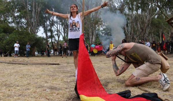 Activist Marianne Headland Mackay calls out to police at Heirisson Island as campsites are dismantled.  (ABC News: Rebecca Trigger)